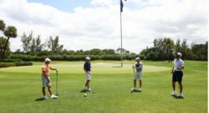 四杆高尔夫球的沉重击球手和针头推杆充满了电波–校园高尔夫