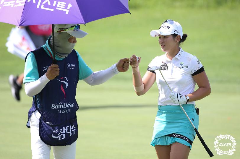 韩巡济州三多水大师赛 李昭英(LEE So Young)与柳海兰(RYU Hae Ran)同以65杆、低于标准杆7杆的表现领跑群雌,后者也是这项赛事的卫冕冠军